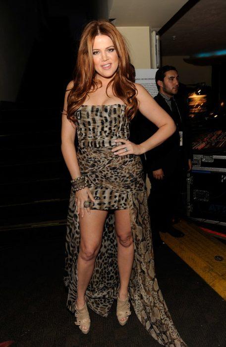 Khloe Kardashian usando un vestido de leopardo