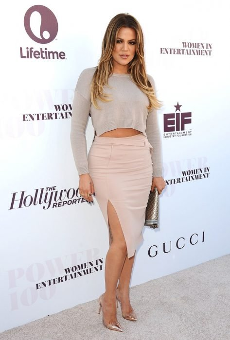Khloe Kardashian usando una falda rosa