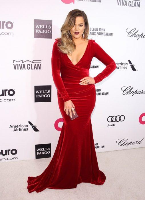 Khloe Kardashian usando un vestido rojo de terciopelo