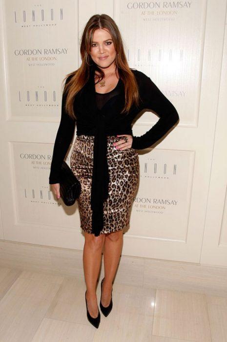 Khloe Kardashian usando una falda de leopardo y blusa negra