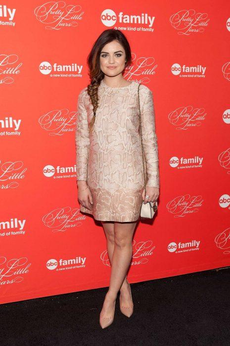 Lucy Hale usando un vestido con estampado en color beige