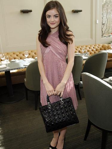 Lucy Hale usando un vestido rosa