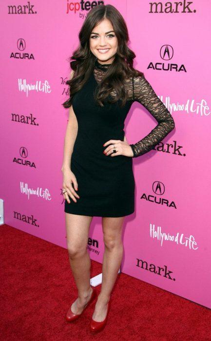 Lucy hale usando un vestido negro con encaje
