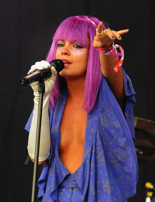 chica con peluca lila