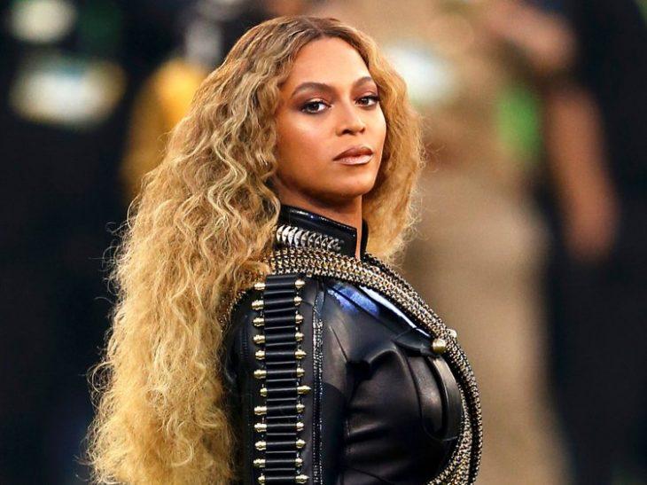 Beyoncé con cabello rubio y largo