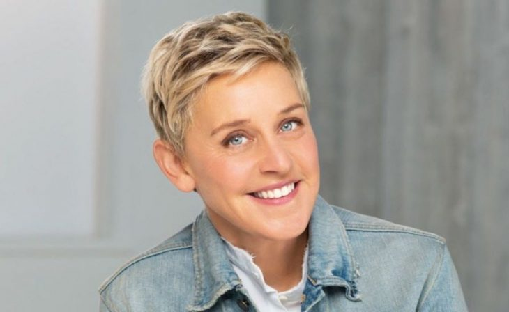 Ellen DeGeneres con camisa de mezclilla