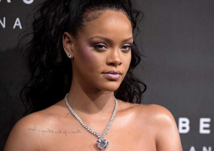 Rihanna usando un dije plateado