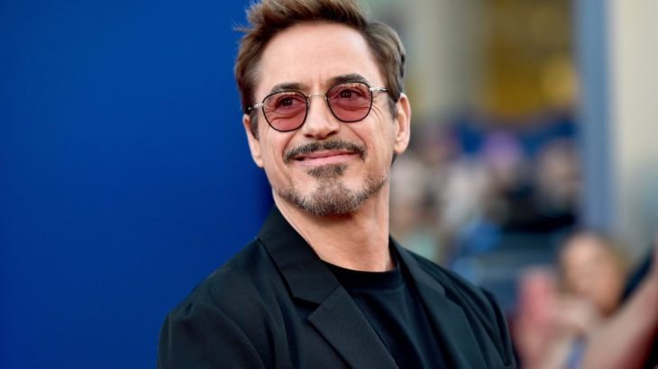 Robert Downey Jr. con gafas rojas