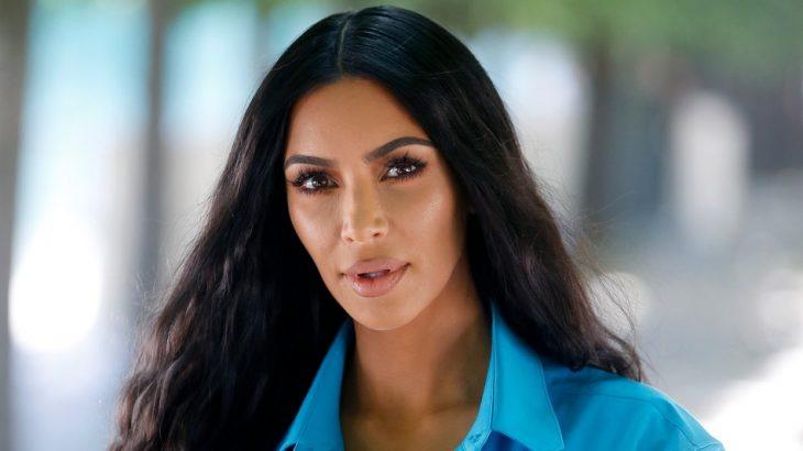 Kim Kardashian con cabello oscuro y ondulado