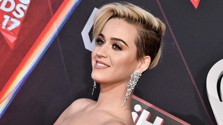 Katy Perry posando, con cabello rubio corto y labios rosas nude
