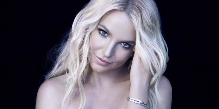 Britney Spears con cabello largo y rubio