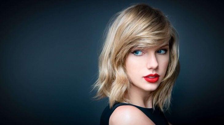 Taylor Swift con labios rojos