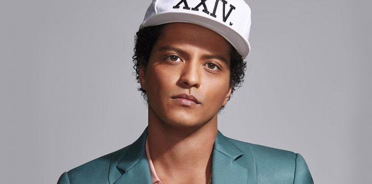 Bruno Mars con gorra blanca