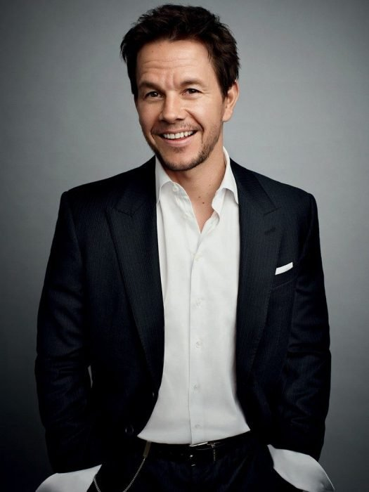 Mark Wahlberg con traje negro