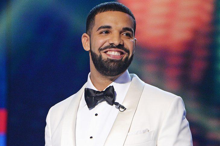 Drake con traje blanco