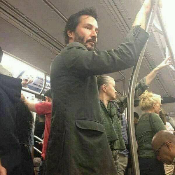 Keanu Reeves viajando en metro