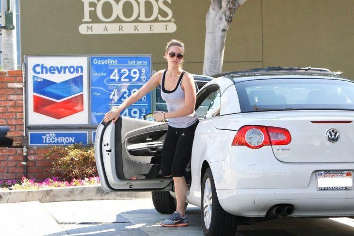 Jennifer Lawrence bajando de su auto