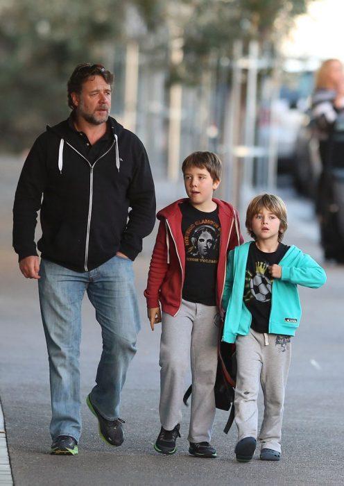 Russell Crow caminando junto a sus hijos