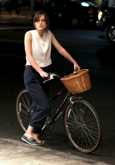 Keira Knightley paseando en bicicleta