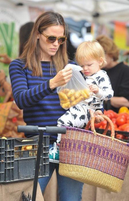 Jennifer Garnerjunto a sus hijos haciendo las compras