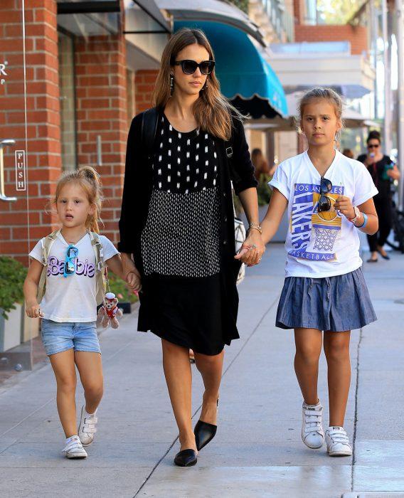 Jessica alba caminando de la mano de sus hijas