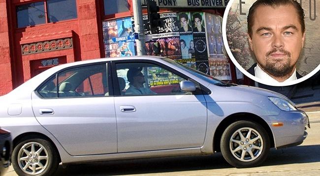 Leonardo DiCaprioconduciendo su viejo auto plateado