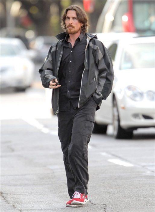 Christian Bale caminando por la calle