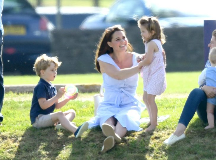 Kate Middleton jugando con sus hijos en un juego de polo