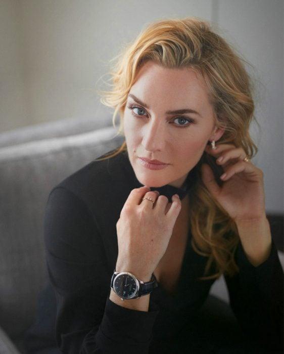 chica con reloj de mano