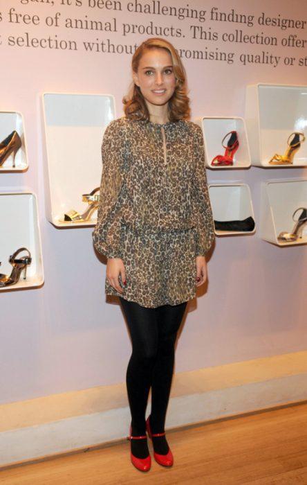 Natalie Portman mostrando su línea de zapatos veganos