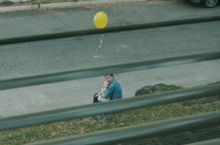 padre e hija jugando con un globo