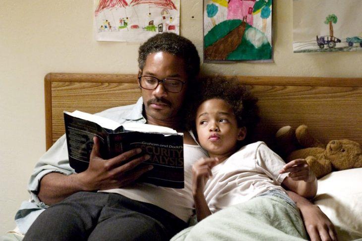 hombre leyendo un cuento