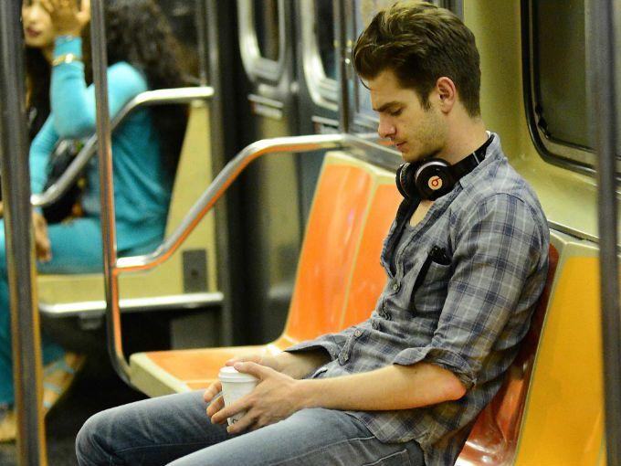 chico escuchando música
