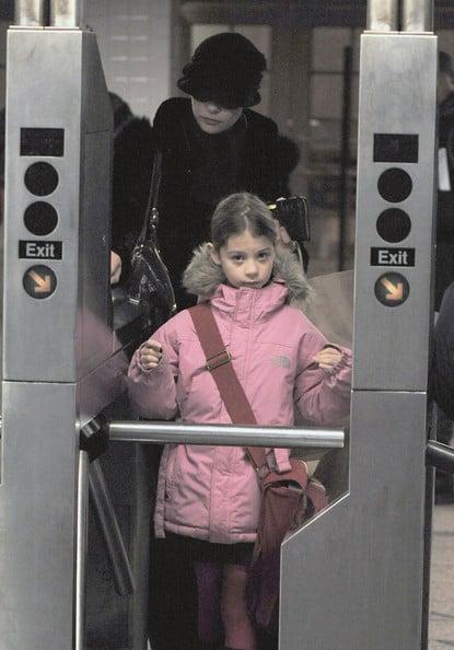 niña con chaqueta rosa pastel