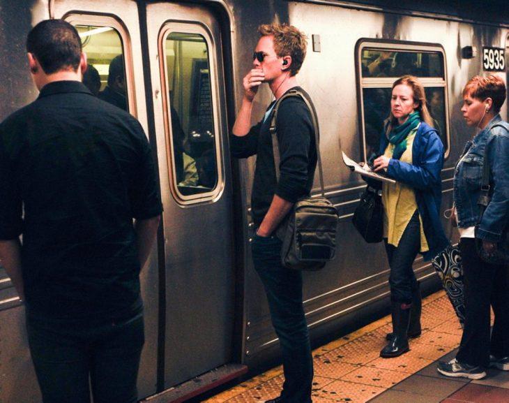 chico fuera del metro