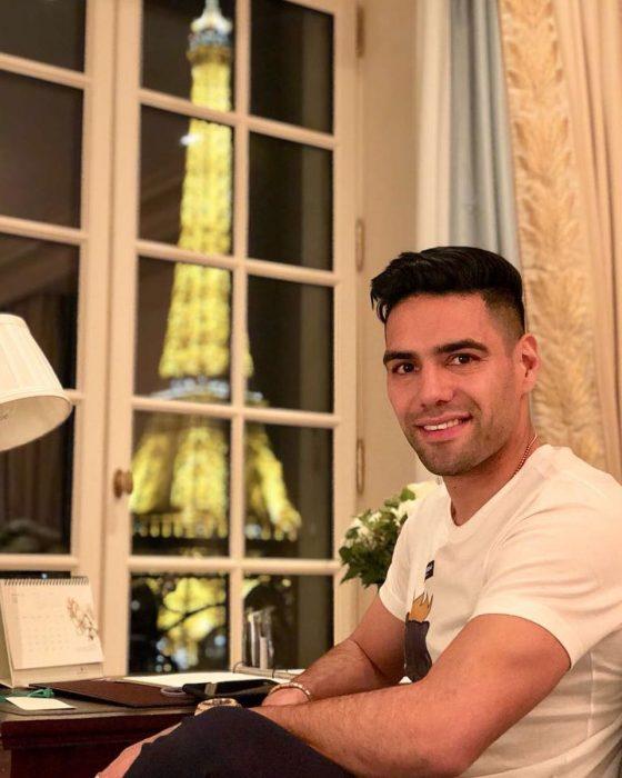 Radamel Falcaosentado en su casa en parís