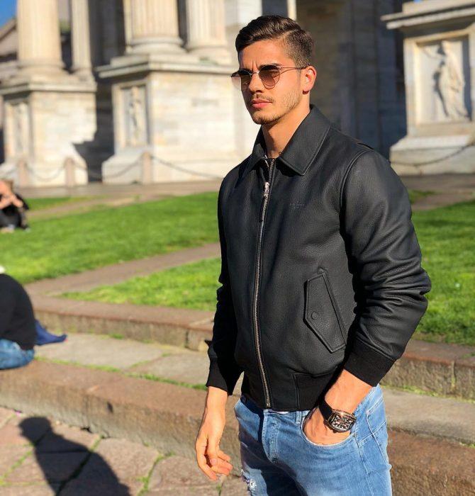 Futbolista André Silvausando lentes y chaqueta de cuero