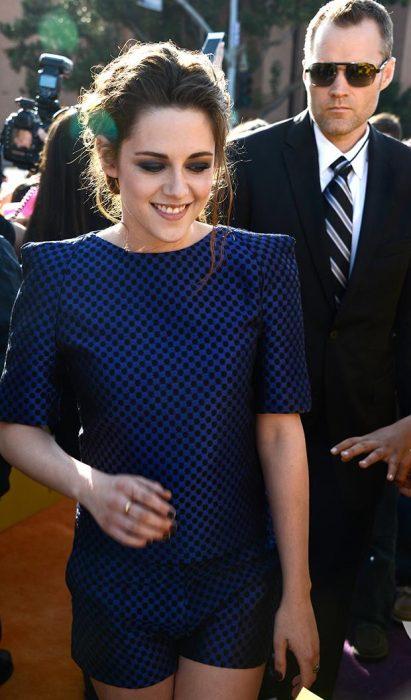 chica con vestido azul rey