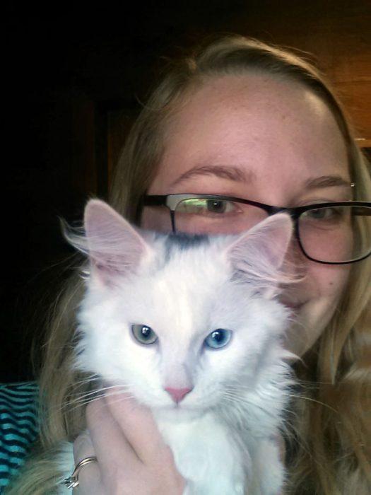 chica cargando un gato