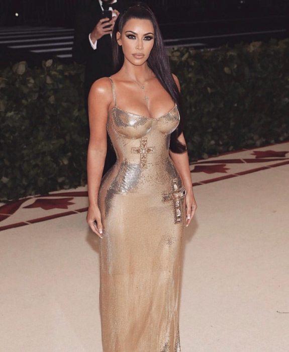 Kim Kardashian usando un vestido dorado en la met gala
