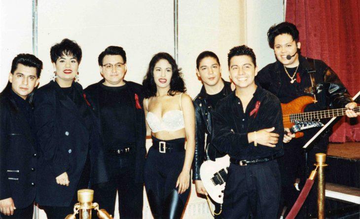 grupo de amigos vestidos de negro