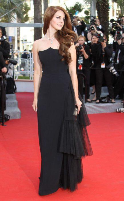 mujer blanca con vestido negro