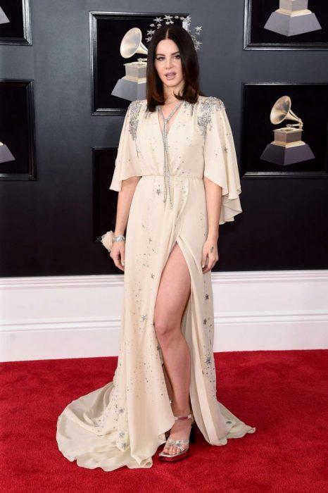 mujer blanca con vestido blanco