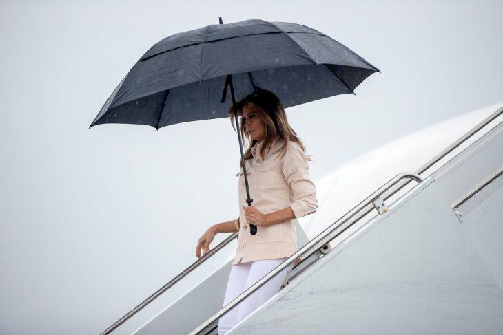 Melania Trump bajando de un avión usando una chaqueta de color nude