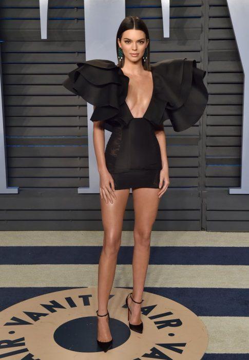 Kendall jenner usando un minivestido de color negro con olanes