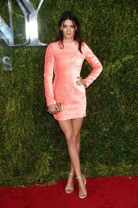 Kendall jenner usando un minivestido de color rosa terciopelo
