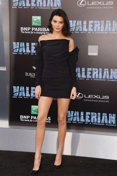 Kendall jenner usando un minivestido de color negro