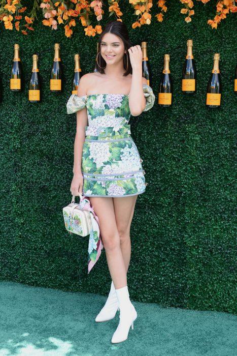 Kendall jenner usando un minivestido de color verde con flores