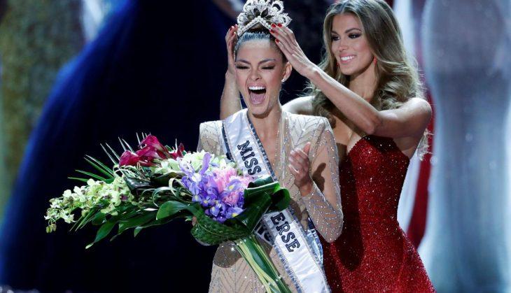 Ganadora de miss america usando una corona y sosteniendo un ramo de flores