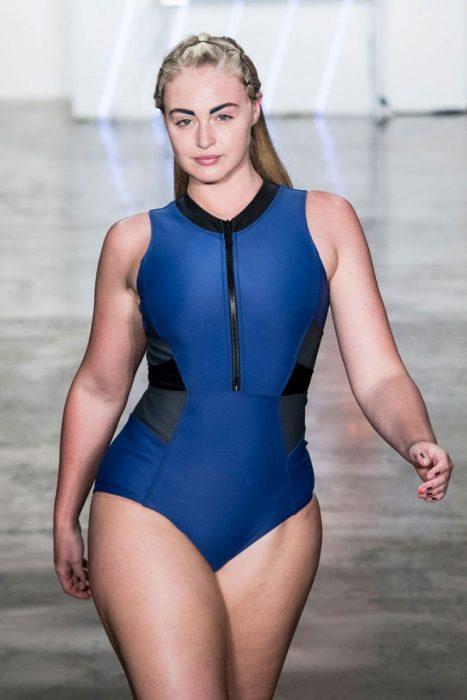 Iskra Lawrencedesfilando en una pasarela de moda